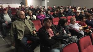 Des citoyens rassemblés à Saint-Quentin au Nouveau-Brunswick
