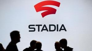 Des gens devant un écran où est affiché le logo de Sadia