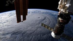 Une photo prise l'ISS sur laquelle on peut voir la Terre vue de l'espace et plus précisément l'ouragan Lane.