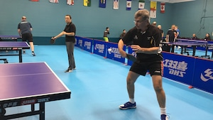 Stéphane Charbonneau frappe la balle un match de tennis de table à Ottawa.