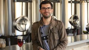 Photo de Stéphane devant les cuves de fermentation