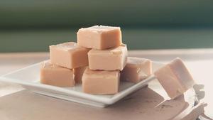 Des morceaux de sucre à la crème dans une assiette.