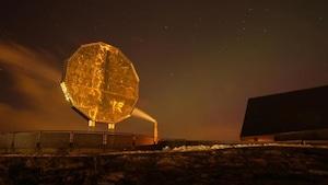 Le gros 5 cent de Sudbury illuminé la nuit par des projecteurs.