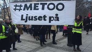Deux femmes tiennent une affiche sur laquelle on peut lire #Metoo.