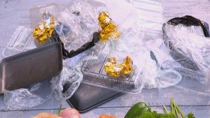 Des emballages de nourriture éparpillés sur une table en bois.