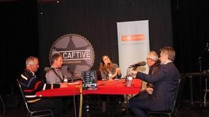 Steeve Charest, Denis Bérubé, Maurice Veilleux et Sébastien Jean discute avec Maude Rivard autour d'une table à la microbrasserie La Captive.