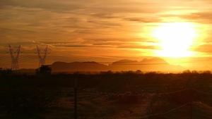 Coucher de soleil au-dessus d'un désert à Tartesso, en Arizona