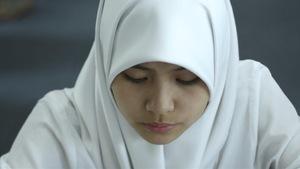 Une jeune fille portant le tchador.