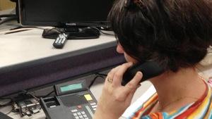 Une femme au téléphone.