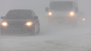 Deux voiture circulent durant la tempête.