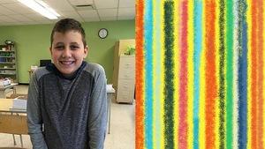 Un garçon sourit dans une classe.