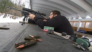 Un tireur dans un champ de tir