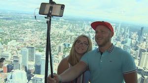 Un couple se prend en photo à la Tour CN