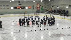 L'an passé, deux équipes de Pakuashipi ont participé à une cérémonie en hommage à Régnald Lalo, un joueur de hockey innu de Pakuashipi.