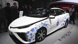 Une voiture blanche commercialisée par Toyota et fonctionnant à l'hydrogène.