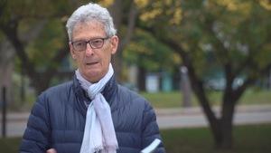 Bernard Pelchat en entrevue dans un parc.