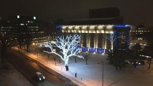 La façade éclairée du Grand Théâtre de Québec, l'hiver.