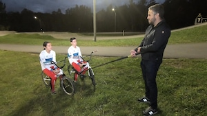 Jean-Philippe Martin en entrevue avec Chad et Justine Beaudoin à côté d'une piste de BMX.