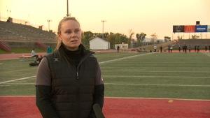 Karen Paquin en entrevue sur le terrain de football du PEPS de l'Université Laval.