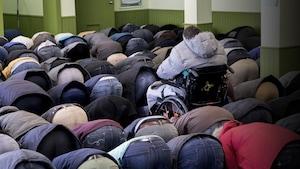 Des fidèles prient à la mosquée de Québec.