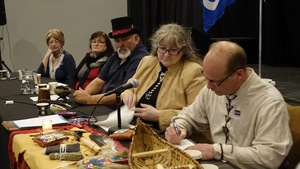 Le signataire Alain Béliveau, de l'Association métis de la Côte-Nord, ratifie l'alliance en présence de la chef du Conseil du Premier peuple métis du Canada, Karole Dumont et d'autres officiers présents à Sept-Îles.