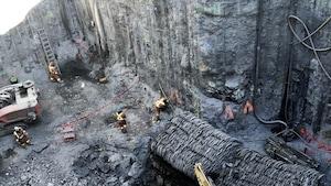 Des employés de NouvLR s'activent au fond du puits.