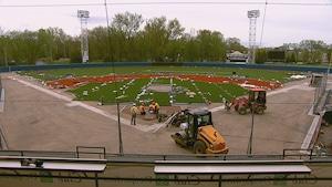 L'installation de la surface synthétique au Stade Canac n'est pas terminée.