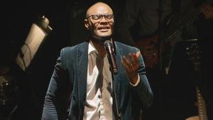 Trésor Otshudi sur scène en pleine intonation musicale