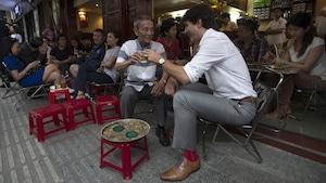 Justin Trudeau et Nguyen Cong Hiep fopnt un toast.