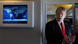 Le président américain Donald Trump s'adresse aux journalistes à bord de l'avion présidentiel Air Force One.