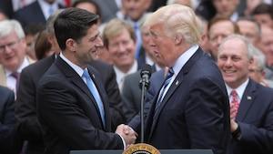 Le président des États-Unis, Donald Trump, sert la main de Paul Ryan, président de la Chambre des représentants, après l'adoption du projet de loi qui remplacera l'Obamacare.