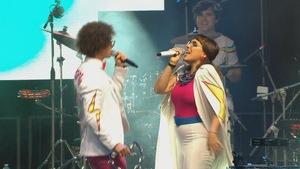 Un chanteur et une chanteuse sur scène.