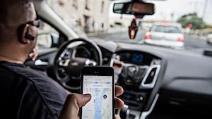 Un chauffeur d'Uber transporte un passager.