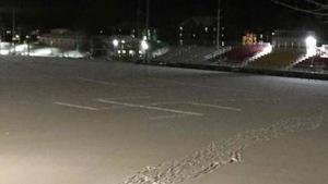 Une grande croix gammée dans la neige sur un terrain sportif