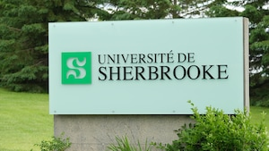Un panneau avec le logo de l'Université de Sherbrooke.