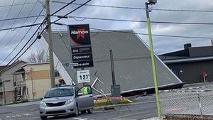 Le toit d'une station-service est renversé en raison des vents violents.