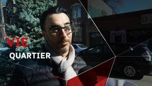 Un homme portant un foulard et des lunettes face a un micro dans le quartier du mile-end à Montréal.
