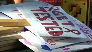 Des pancartes appelant les gens à se faire dépister sont posées les unes sur les autres.
