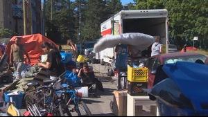 Les occupants du village de tentes de la rue Main pendant leur déménagement.