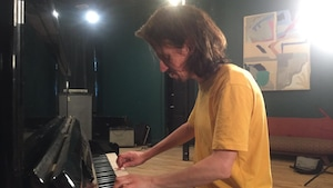 Un homme joue du piano.