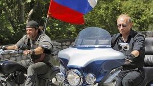 Vladimir Poutine avec le Chirurgien lors d'une expédition de motards sur sa Harley Davidson.