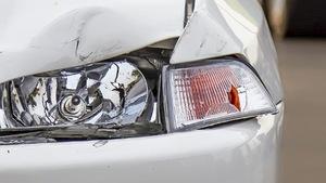 Une voiture à phare écrasée