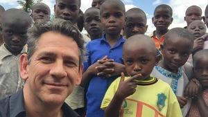 Bob Cyr avec des enfants rwandais