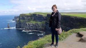 Joanie Dubuc devant les falaises