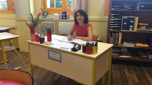 Caroline Brassard à son bureau dans sa classe de Toulouse