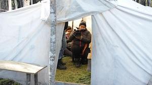Les deux jeunes femmes filment à l'intérieur d'une tente innue de type prospecteur.