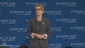 La première ministre de l'Ontario, Kathleen Wynne, lors d'un discours avec l'Economic Club du Canada, à Toronto.