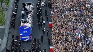 L'équipe de France défile en autobus sur les Champs-Élysées