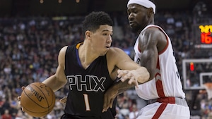Devin Booker fonce au panier contre Terrence Ross.