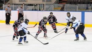Jeunes joueurs sur la glace lors du Tournoi de hockey mineur à Baie-Comeau